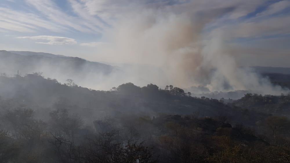 Viento complica la situación del incendio en Copacabana y Ongamira