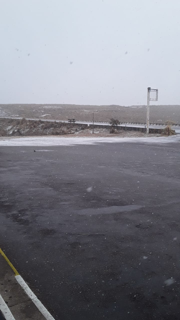 Córdoba: la ola de frío comenzó con una nevada en las Altas Cumbres y caída de agua nieve en el Camino del Cuadrado