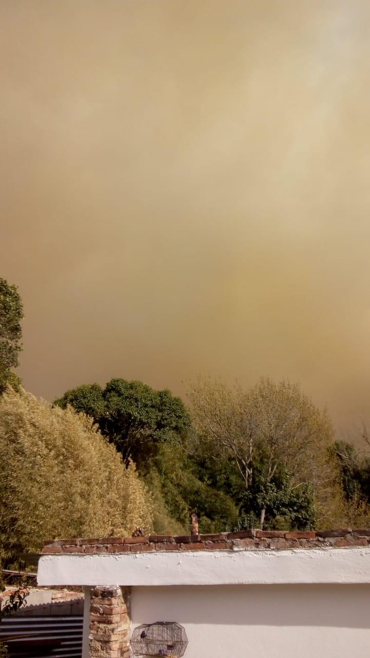 Humo y cenizas en el Valle de Punilla y Dpto Cruz del Eje. Por acción del viento