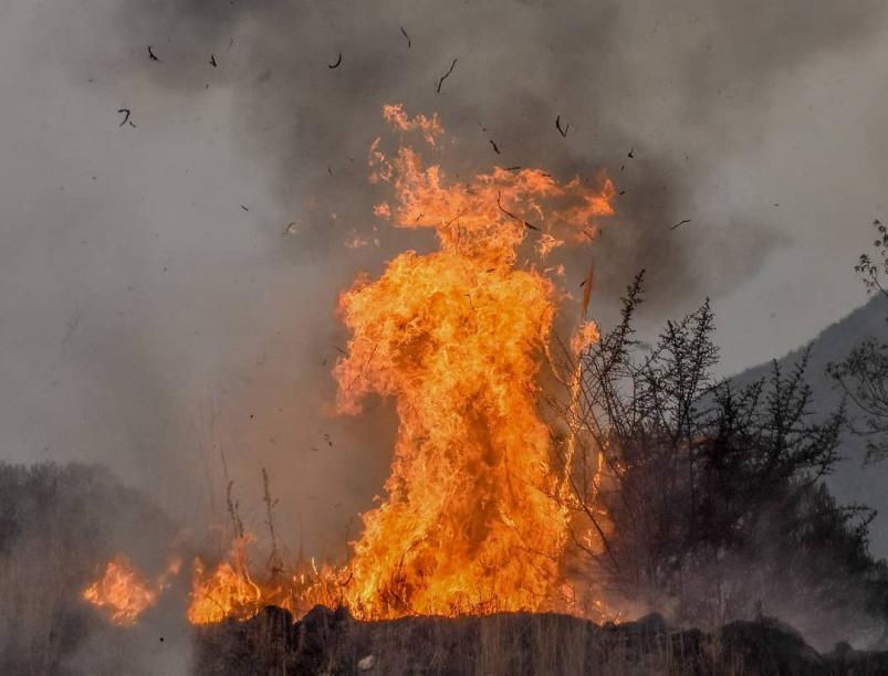 """La foto viral de un """"diablo de fuego"""" en los incendios en Cordoba"""