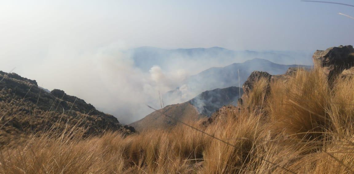 Sigue la lucha contra el fuego en Capilla del Monte y evacúan familias en La Cumbre