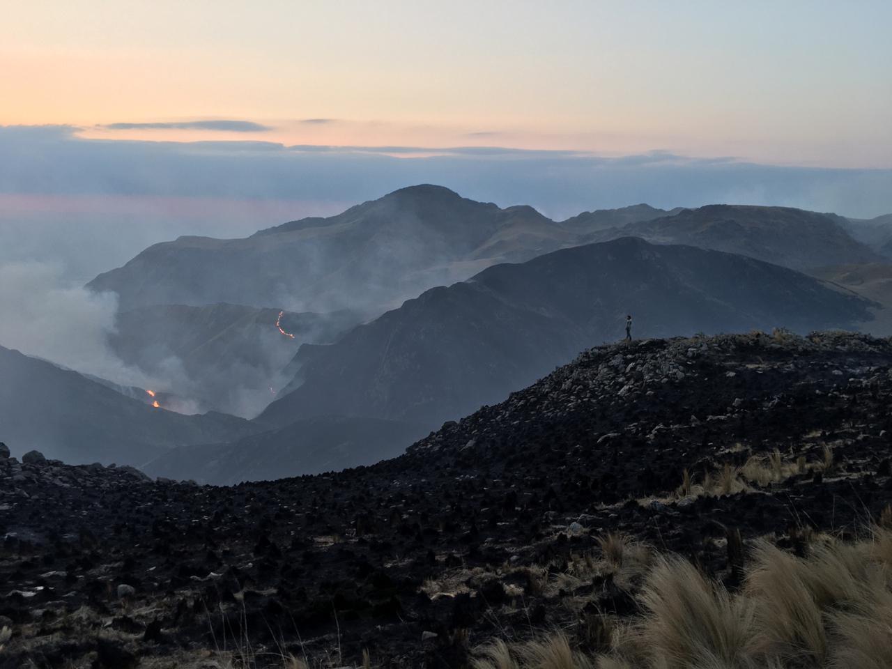 Bomberos siguen combatiendo el incendio en Capilla del Monte