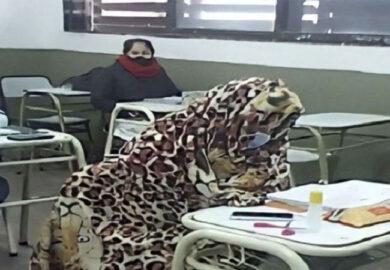 Coronavirus: alumnos se tapan con frazadas en plena clase y las imágenes generaron polémica